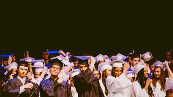earn a degree financial analyst